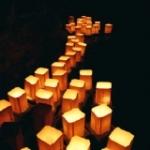 Lanterne galleggianti a Bologna: una cerimonia per aiutare una scuola colpita dal terremoto