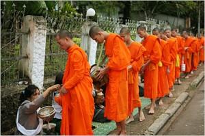 la questua dei monaci buddhisti a Luang Prabang