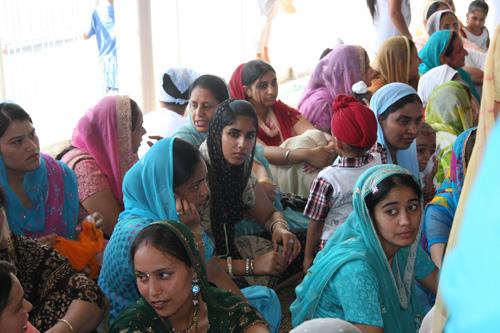 Giovani donne sikh nel gurdwara di Pessina Cremonese (agosto 2011). Foto di Marco Restelli