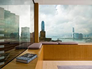 Uno scorcio della baia di Hong Kong da una stanza dell'Upper House