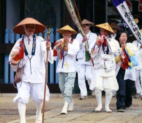 Pellegrini in cammino sul lungo percorso degli 88 templi dello Shikoku