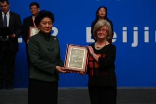 La prof. Alessandra Lavagnino ritira il premio a Pechino