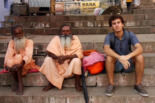 Flavio Restelli con due sadhu a Varanasi. Foto di MR