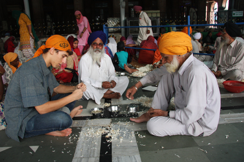Flavio Edoardo Restelli pela l'aglio con i sikh nelle cucine del Tempio d'Oro di Amritsar. Foto di MR