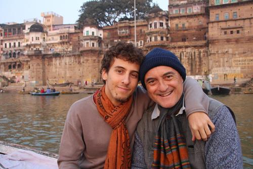 Flavio e Marco Restelli all'alba sul Gange a Varanasi.