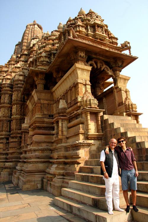 Marco e Flavio Restelli davanti a un tempio hindu a Khajuraho.
