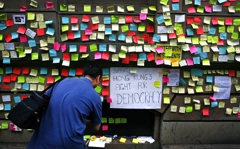 Messaggi pro-democrazia a Hong Kong su un muro di Sidney, Australia