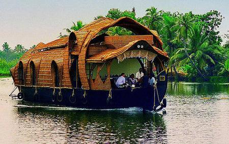 Il kettuvalam, barca tradizionale nelle lagune del Kerala. Sarà uno dei nostri mezzi