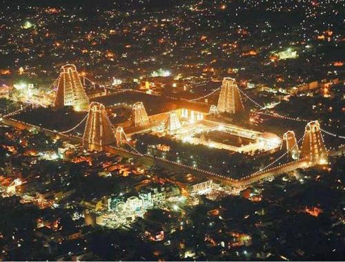 Panoramica notturna del tempio di Meenakshi a Madurai. Tamil Nadu, India del sud