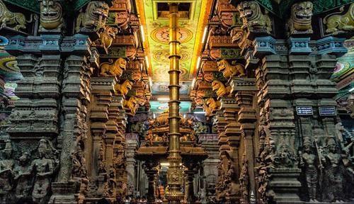 Un interno dell'immenso tempio di Madurai in Tamil Nadu, India del sud
