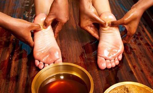 Un particolare di un massaggio ayurvedico, tipico dell'India del sud .jpg