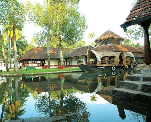 Un angolo del Coconut Lagoon Resort sul lago Vembanad. Kerala, India del Sud