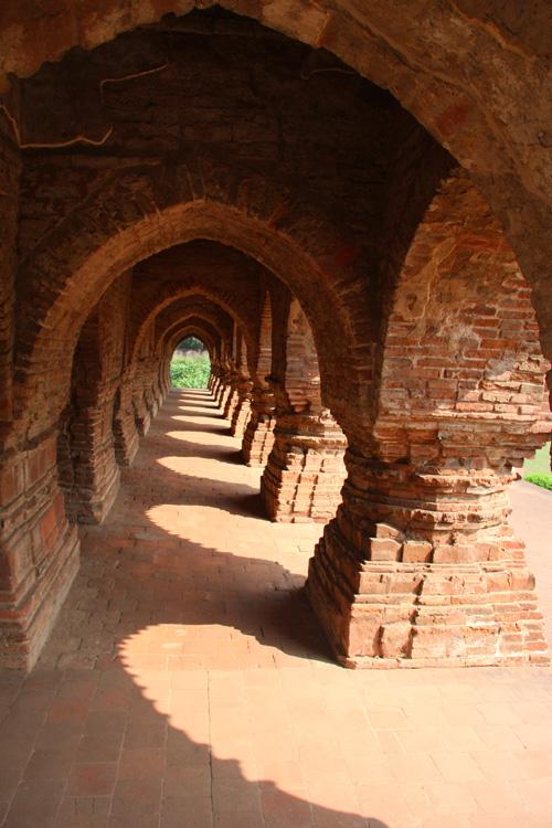 Le arcate del Ras Mancha Temple a Bisnhupur, West Bengal. Foto di Marco Restelli