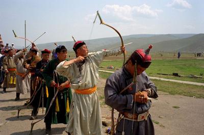 Una delle fasi del Naadam: la gara di tiro con l'arco