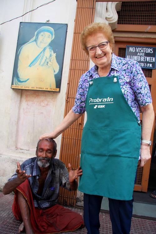 La Signora Teresa Volpato volontaria in una Casa di Madre Teresa di Calcutta. Foto di Elena Bianco