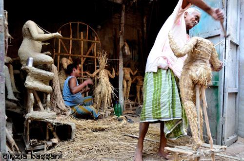 Fasi preparatorie della realizzazione artigianale di statue di divinità indù a Calcutta. Foto di Cinzia Bassani