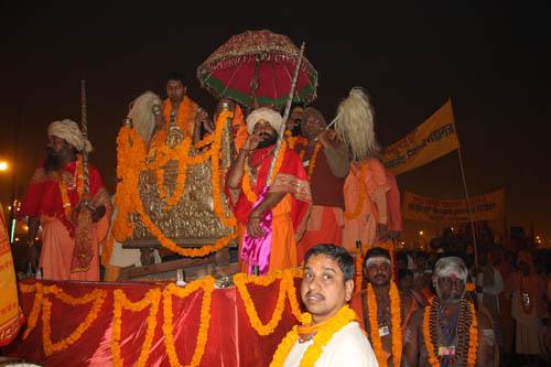 Processione notturna al Maha Kumbha Mela 2013. Foto di Marco Restelli