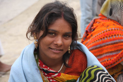 Ragazza hindu che assiste al Maha Kumbha Mela 2013. Foto di Marco Restelli