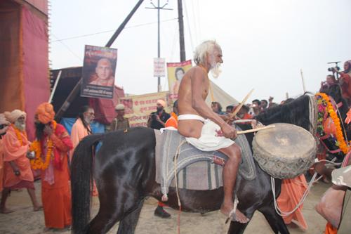 Asceta a cavallo suona il tamburo al Kumbha Mela. Foto di Marco Restelli