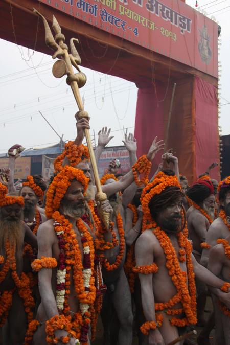 Naga Baba con il tridente di Shiva al Maha Kumbha Mela 2013. Foto di Marco Restelli