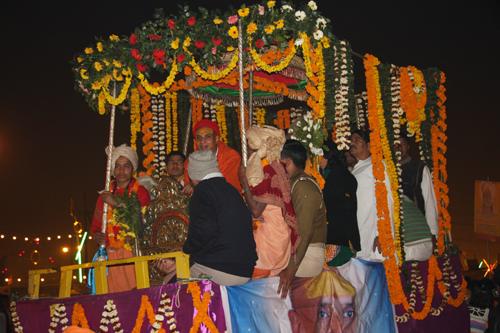 Un Guru su uno dei carri della processione notturna al Kumbha Mela 2013. Foto di Marco Restelli