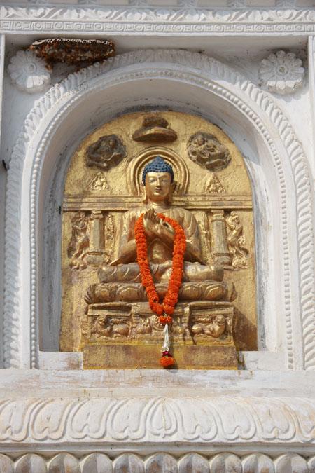 1 Buddha sul perimentro del Mahabodhi Temple a Bodh Gaya. Foto di Marco Restelli