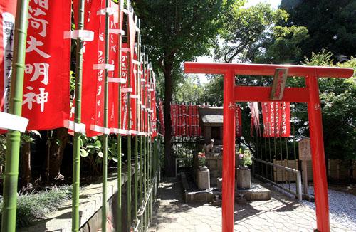 La Volpe di Inari, divinità shintoista della fertilità, dell'agricoltura e del riso, nel giardino del tempio di Kannon a Kamakura. (2, orizzontale).Foto di Elena Bianco copia