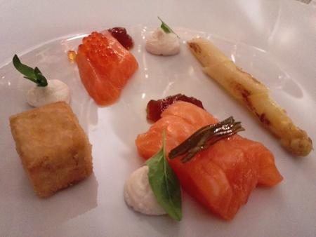 Asparagi bianchi con ricotta di bufala, trota salmonata e gelatina di ponzu