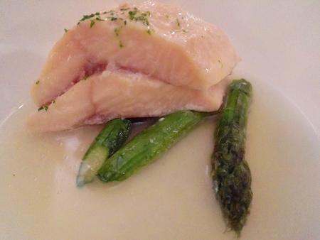 Salmerino marinato al Miso, Dashi di pomodoro, Asparagi verdi e Yuzu
