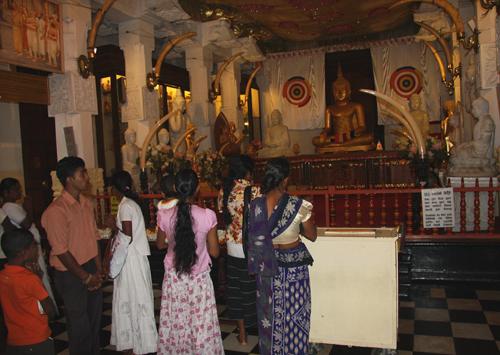 Fedeli nel Tempio del Dente del Buddha, a Kandy