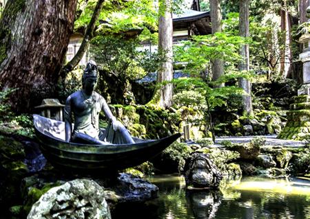 Un Bodhisattva nella foresta attorno allo Eiheiji, il Vaticano dello Zen Soto a Fukui. Foto di Elena Bianco