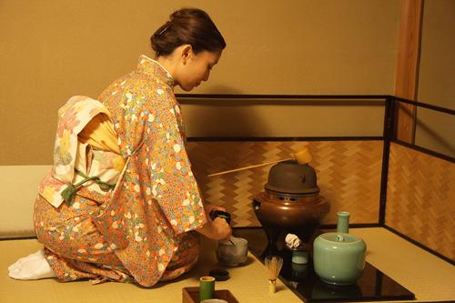 Cerimonia del tè in una casa da tè della città di Uji. Foto di Elena Bianco