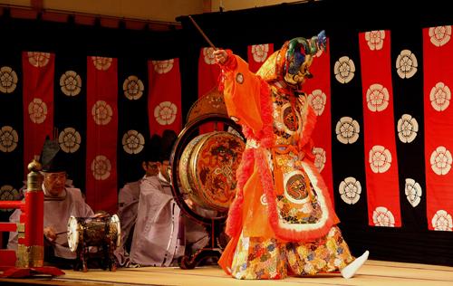 Spettacolo di Gagaku, musica e danza della corte imperiale, in un teatro di Kyoto. Foto di Elena Bianco copia