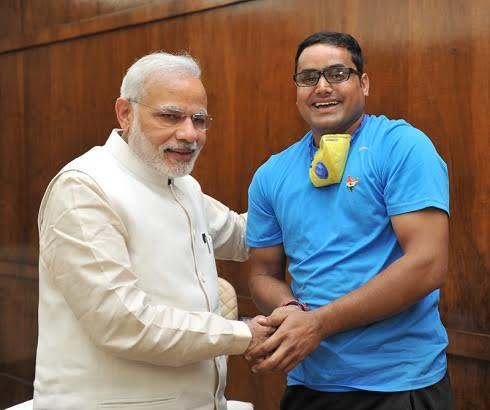 S. E. il Primo Ministro dell'India Shri N. Modi con l'ambientalista indiano A. K. Sharma Ji. a New Delhi nel 2015