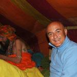 Marco Restelli nella tenda dei Naga Baba al Kumbha Mela di Allahabad, India